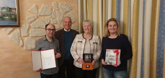 v.l.n.r.: Patrick Hohenecker mit Urkunde, Gerhard Noack, Gisela Fröde mit Medaille, Tatjana Sievers mit Willy-Brand-Buch