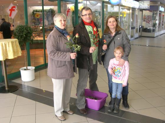 von links: Gisela Fröde, Walter Schafar, Tatjana Sievers mit Tochter Leonie